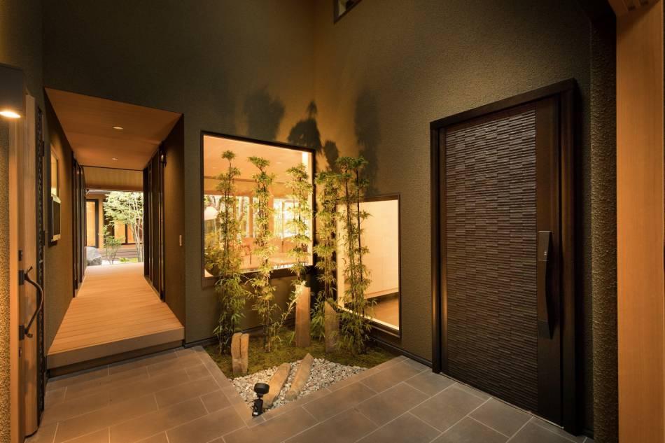玄関は二つに分かれ、各世帯のプライバシーを確保。