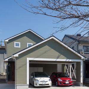 車庫も家と一体になったアメリカンレトロな雰囲気の家