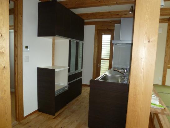 木の家に合わせて、キッチンも木目柄です