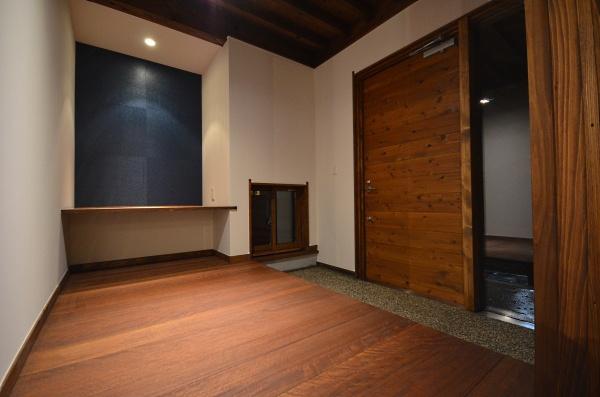 群青色の飾り棚のある玄関