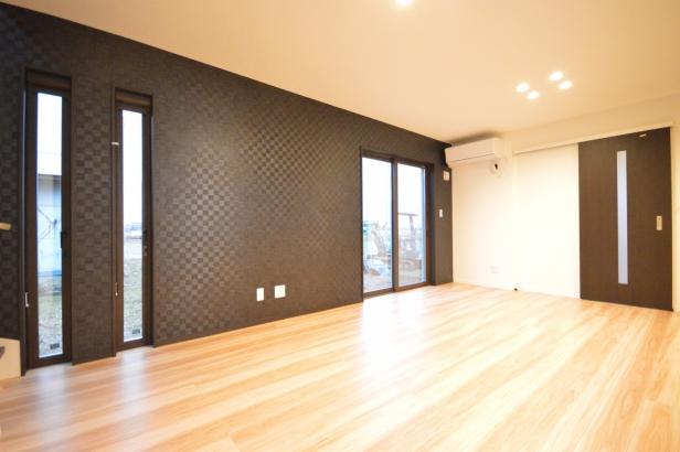 壁紙と外壁が暮らしを彩る、機能的でモダンな住まい