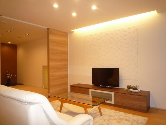 リビングは和室と繋がり、広々と使えます。間接照明もGood!