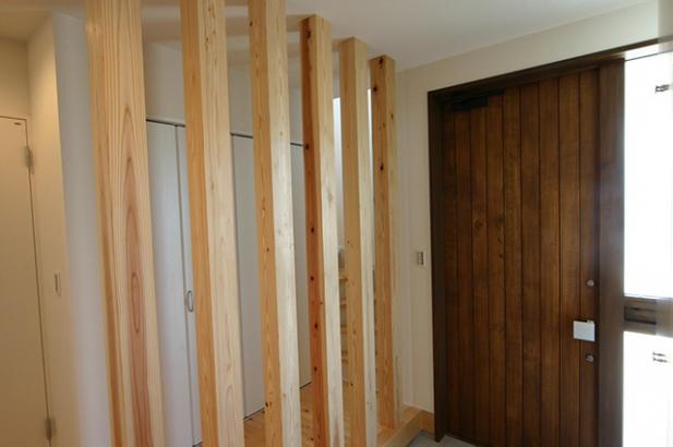 モダンデザインに無垢が映える家 玄関