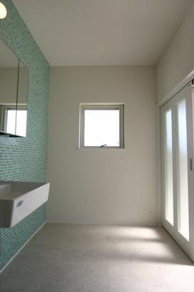 モダンデザインに無垢が映える家 洗面室