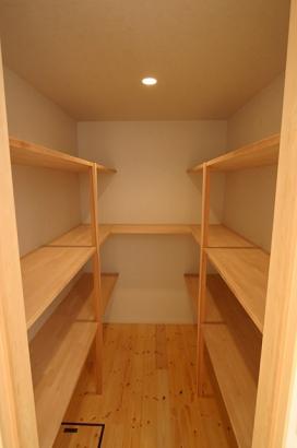 床も建具も無垢材の家 収納