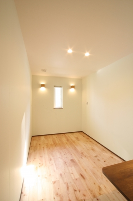 洋室の床材はピンク系のサクラを選びました。