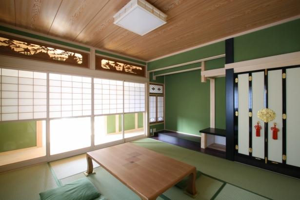 本格的な真壁和室。欄間や仏壇の襖はクリーニングして旧宅から移設しました。
