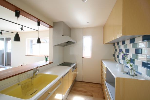 イエローのキッチンとブルーのタイルがポイントです。