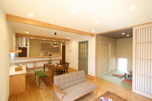 和室が隣接したLDK。和と洋がバランスよく組み合わさっています。