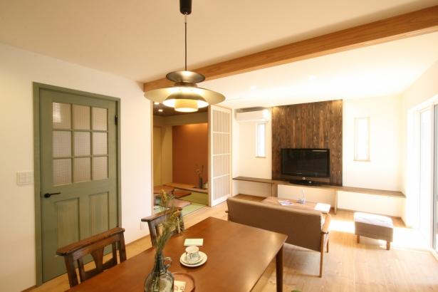 木製ペイントドアがポイントです。和室の格子戸もお洒落!