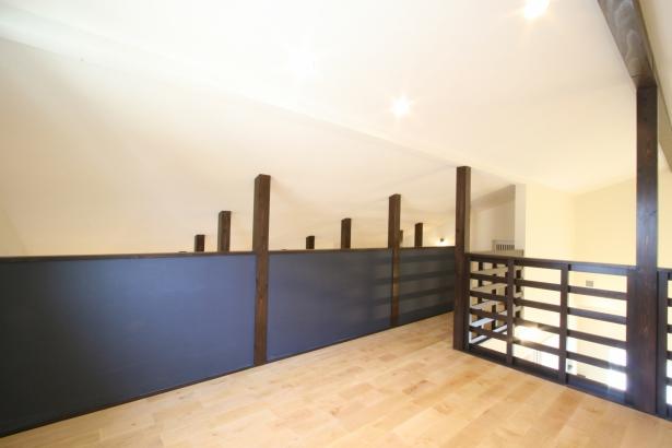 2階の小屋裏部屋。吹き抜けとつながり開放感のあるスペースです。