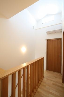 2階ホールの手摺壁は格子に。ドーマー窓が光を取り込みます。