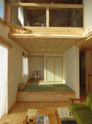 タタミコーナーは吸われる高さに。下部は収納として利用。