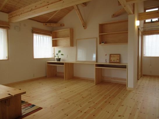 2階ホールは将来の子供部屋。奥には物干しコーナー