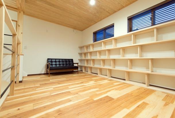 中二階には本棚を配置