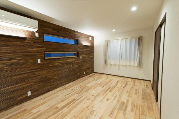 二階の寝室にはウォールナットの化粧板