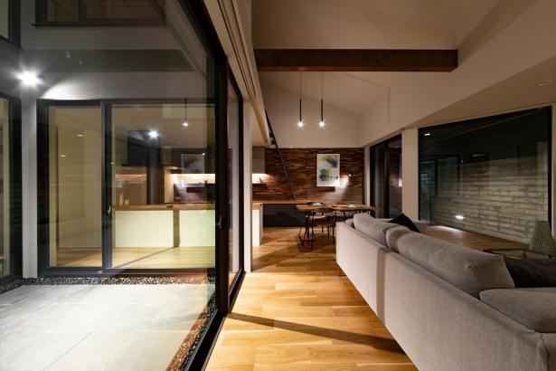 吹き抜け天井のLDKは、2つのテラスと隣合うことで一層開放的な空間に。