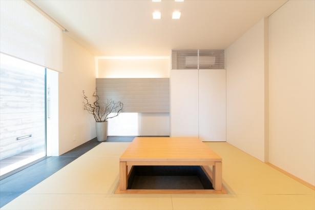 大開口窓から温かい光が入りこむ、寝室としても使える広々とした和室。