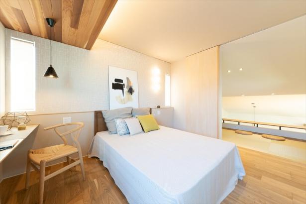 旅先のホテルのようなラグジュアリーな寝室。