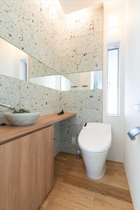 大谷石をあしらった上質な居心地のお手洗い。