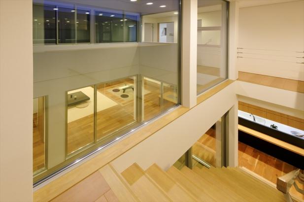 テラス越しに家族の気配を伝え合う、開放的な階段。