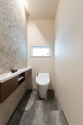 1階お手洗いの壁面には、消臭効果と美しい質感を兼ね備えた塗り壁を用いました。