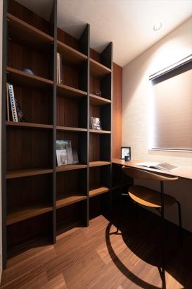 カウンターと本棚を造り付け、読書のための特別な空間に仕上げた書斎。