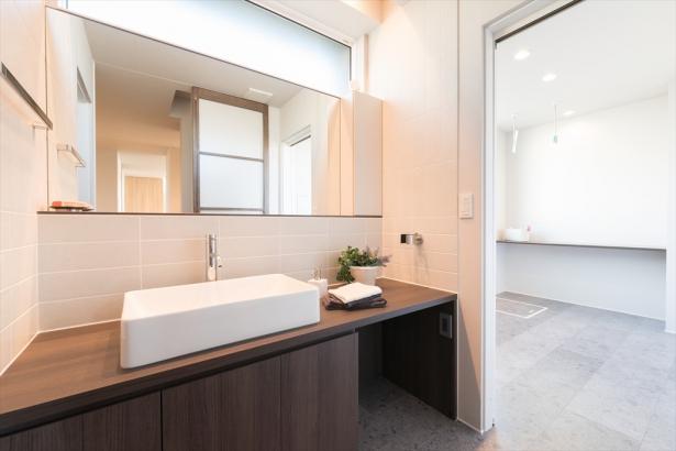 ホテルライクに仕上げた清潔感のある洗面室。