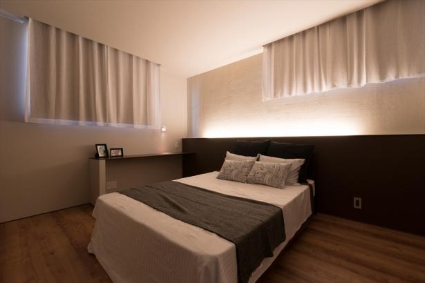 塗り壁と間接照明が、繊細で落ち着いた雰囲気を与える寝室。