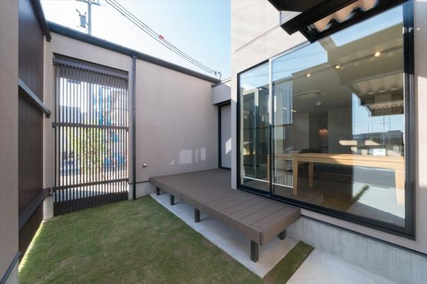 のびのびと屋外空間を楽しめるデッキテラスと庭。