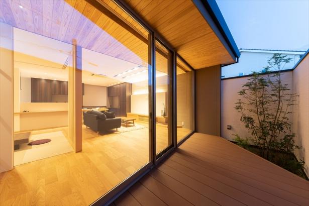 昼間は自然光が室内に広がり、夜はライティングが美しい印象を与えるリビング。