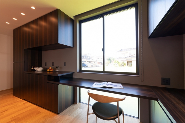 食器棚とテーブルを造作。一体化することで、空間に統一感を与えます。
