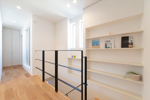 好きな本や小物に囲まれる、ギャラリーウォールのある階段。