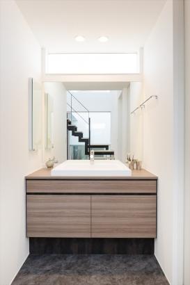 シンプルな形でまとめた清潔感のある洗面。