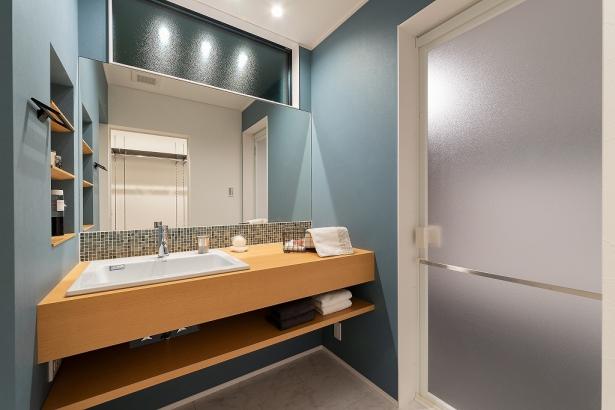 造作による仕上げやタイル使いがホテルライクな洗面脱衣室。