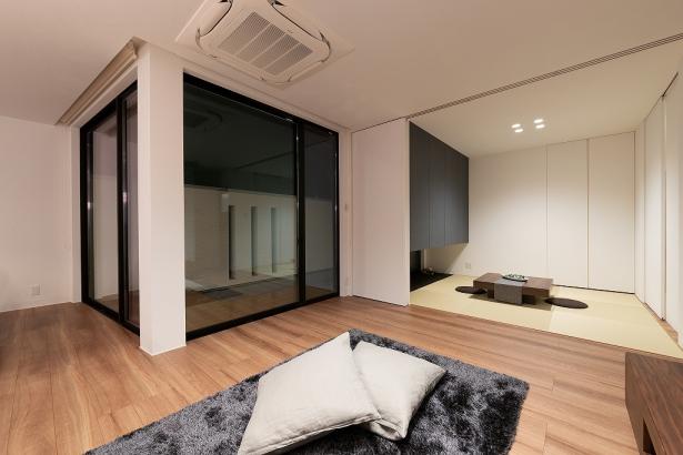 LDKは、和室の建具を開放しておくことで、広さを拡張。テラスから屋外への視線の抜けも加え、更に開放的な居住空間に。
