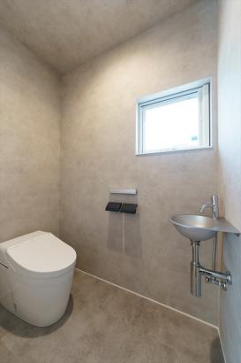 ステンレスの洗面器は、壁のクロスを同じ色合いにすることで、メタリックな素材感が引き立ちます。