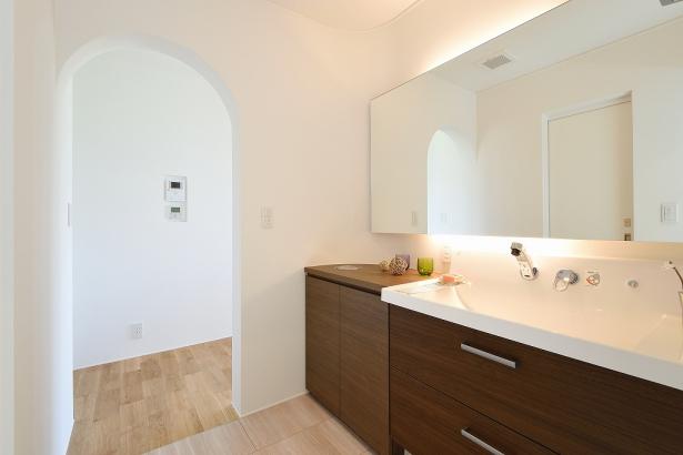 一部造作仕上げの洗面室。横幅を広くとることで、慌ただしい朝でもゆったり身支度が出来ます。