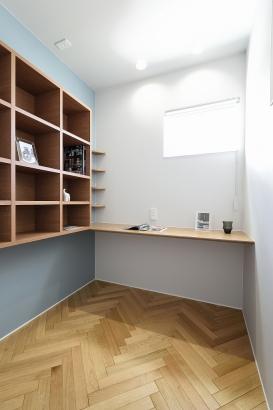 カウンターや本棚を造作した書斎。