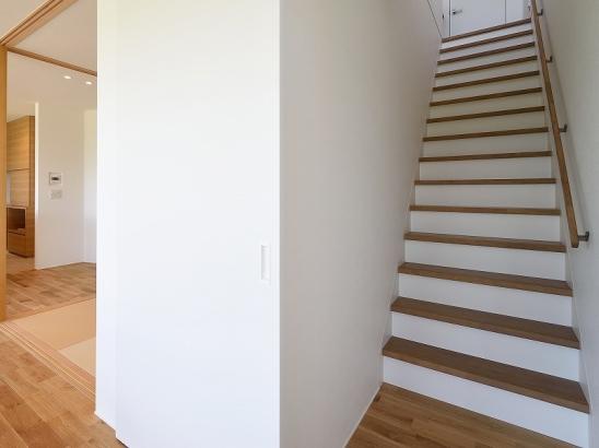 リビング階段の登り口には、空調の効率を考慮して建具を取り付けました。