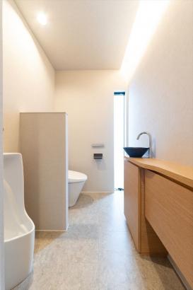 造作収納や見た目の良い手洗い器を備え、デザイン性も重視。