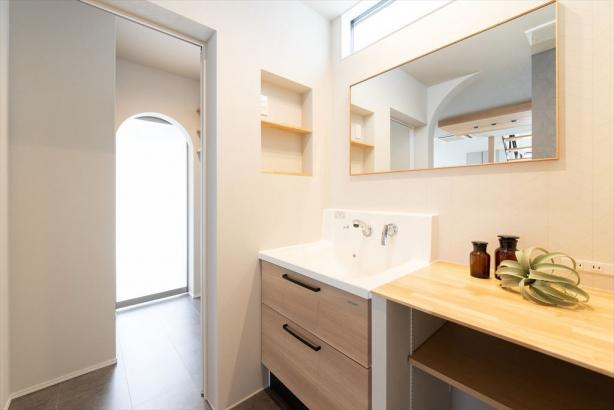 洗面脇の棚や大きな鏡を造作した、使い勝手の良い洗面室。
