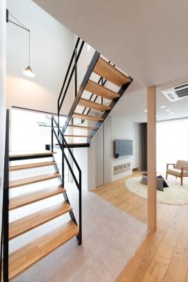 光を透過するスケルトン階段は、リビングを明るくインテリア性の高い空間に仕上げます。