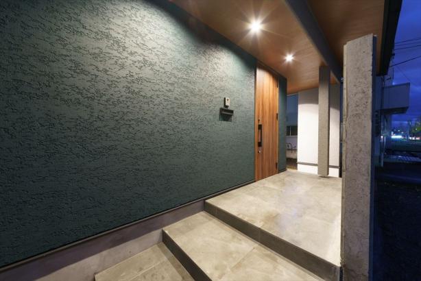 ポーチの壁面には、塗り壁を採用。照明で照らせば陰影が浮かびあがり、料亭のような高級感を演出します。