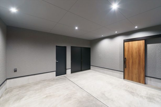 インナーガレージには、玄関の中へつながるドアを設置。車で帰ってきた際には、すぐに家に入ることが出来ます。