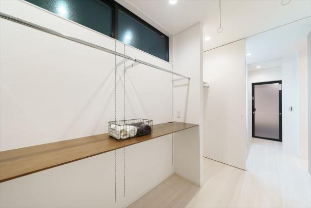 サンルームには、乾いた衣服をそのまま掛けて収納できるようにハンガーパイプを設置。