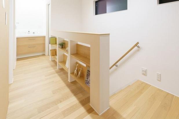 二階のホールには、腰壁に本や小物を飾れるラックを造作。