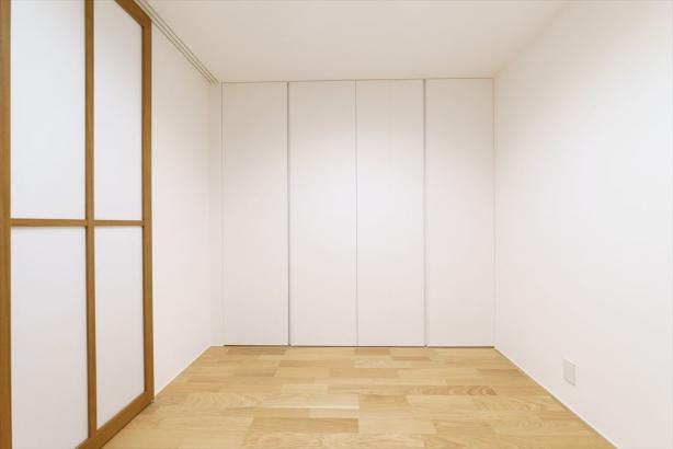お客様が宿泊される時に寝室としても使える客間。リビングに隣接しているので、平常時には建具を開放させて居住空間を広く使えます。