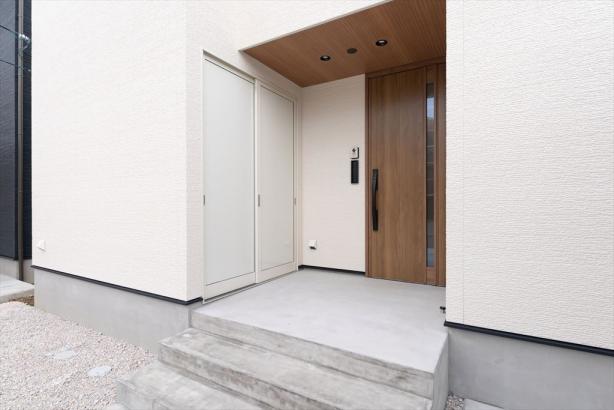 玄関ドアの横に、お家の外から使える収納を配しました。タイヤや外回りの用具を目立たせることなく仕舞っておけます。