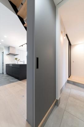玄関から、直接キッチンや水回りへ向かえる動線を実現。買ってきた食材や日用品をすぐに仕舞うことが出来ます。